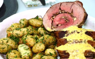 Lamb Roulade with béarnaise sauce and gremolata potatoes