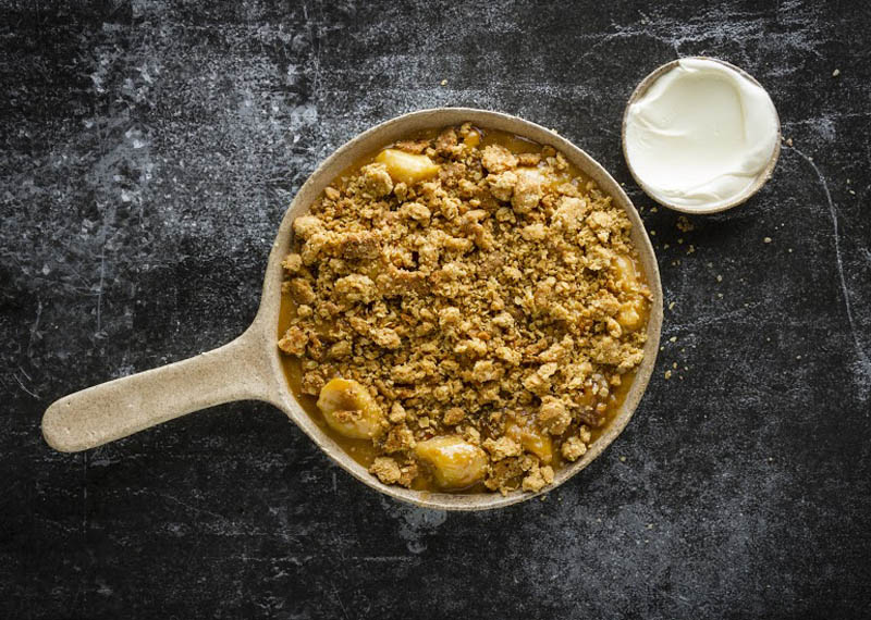 Banana and pecan caramel crumble