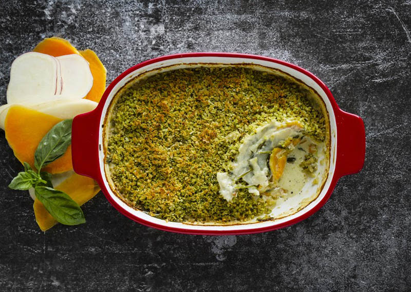 Vegetable bake with pesto crumble