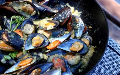 Creamy Maas Mussles with Farm Bread slices